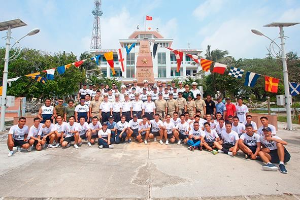 越南和菲律宾海军在双子西岛上举行交流活动 hinh anh 3