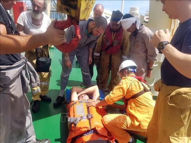 成功救助在越南黄沙海域遇险的外籍人员 hinh anh 1