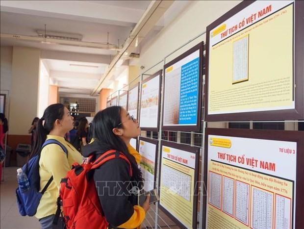 """""""黄沙和长沙归属越南:历史证据和法律依据""""地图资料展在胡志明市举行 hinh anh 1"""