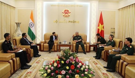越南国防部副部长阮志咏会见印度驻越大使 hinh anh 1