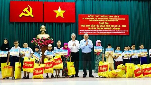 张和平副总理向胡志明市占族500名贫困学生颁发助学金 hinh anh 1