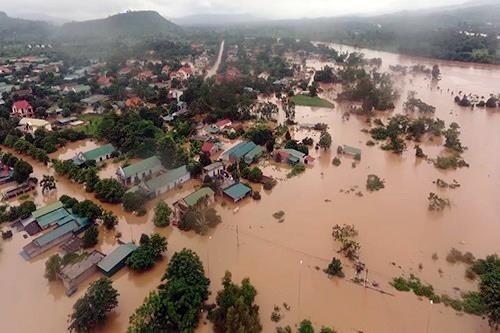 旅居老挝越南人为老挝灾民捐款 hinh anh 2