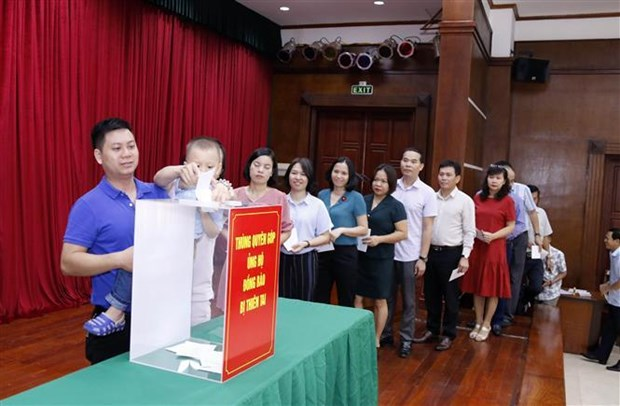 旅居老挝越南人为老挝灾民捐款 hinh anh 1