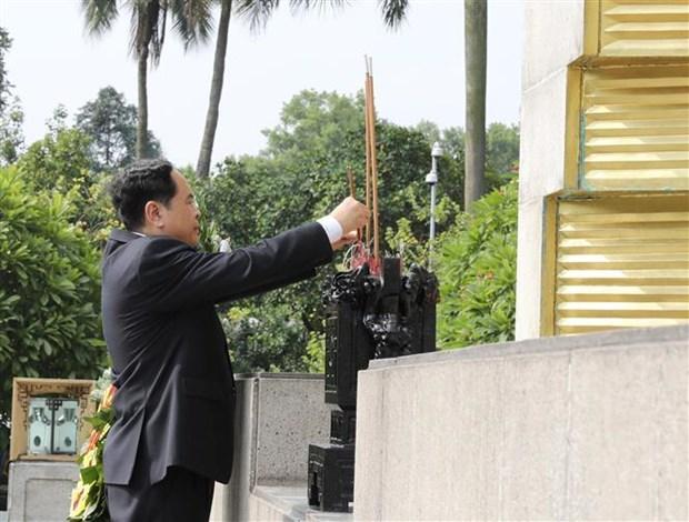 出席越南祖国阵线第九次全国代表大会的代表团拜谒胡志明主席陵墓 hinh anh 2