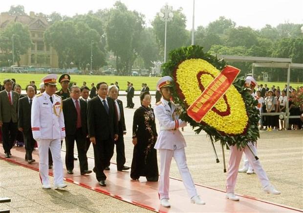 出席越南祖国阵线第九次全国代表大会的代表团拜谒胡志明主席陵墓 hinh anh 1