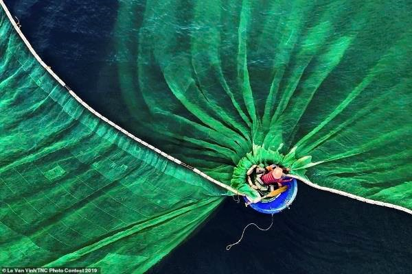 越南摄影家黎文荣作品《富安渔民》获得人与自然组冠军 hinh anh 1