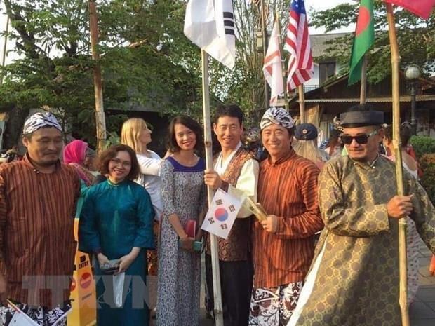 越南画家代表团参加印尼国际艺术展 hinh anh 1