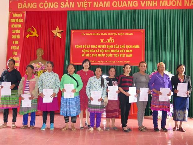 越南山萝省近300名老挝公民入籍越南 hinh anh 1