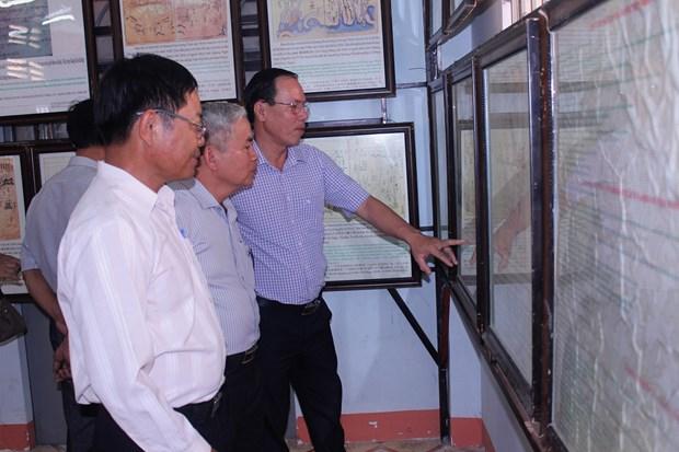 """""""黄沙、长沙归属越南——历史证据和法律依据""""地图资料展在平顺省举行 hinh anh 2"""