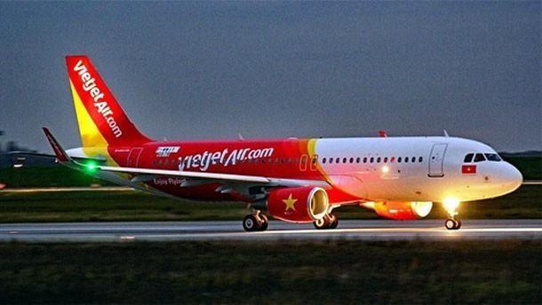 受台风塔巴影响 越捷航空许多航班临时取消 hinh anh 1