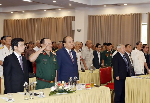 政府总理阮春福出席庆祝越南少年军校建校70周年见面会 hinh anh 2