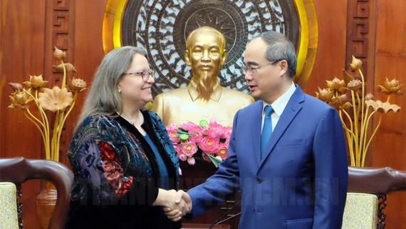 阮善仁会见美国新任驻胡志明市总领事玛丽·达穆尔 hinh anh 1