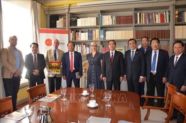 越共中央经济部部长阮文平对西班牙进行工作访问 hinh anh 2