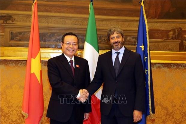 越南国会副主席冯国显与意大利众议院领导举行工作会谈 hinh anh 1