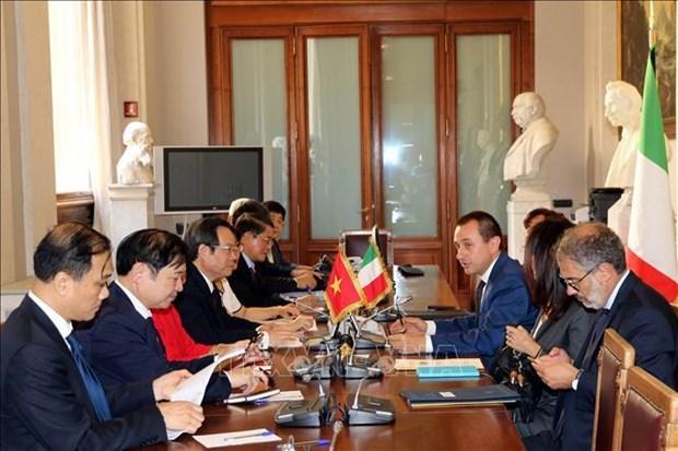 越南国会副主席冯国显与意大利众议院领导举行工作会谈 hinh anh 2