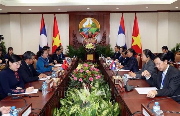 越南国会主席阮氏金银同老挝国会主席巴妮举行会谈 hinh anh 1