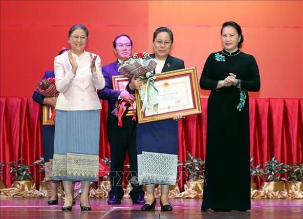 国会主席阮氏金银授予老挝各集体和个人越南国家勋章和徽章 hinh anh 1