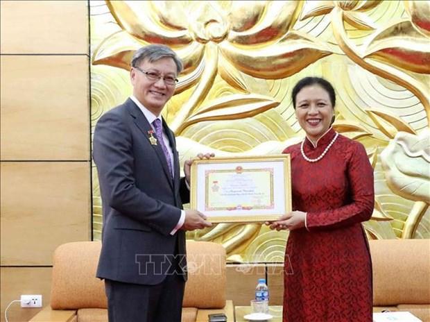 """越南向老挝大使授予""""致力于各民族和平友谊""""纪念章 hinh anh 1"""