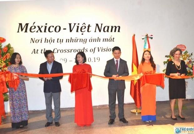 """题为""""眼神汇聚之地""""的越南与墨西哥图片展在河内举行 hinh anh 1"""