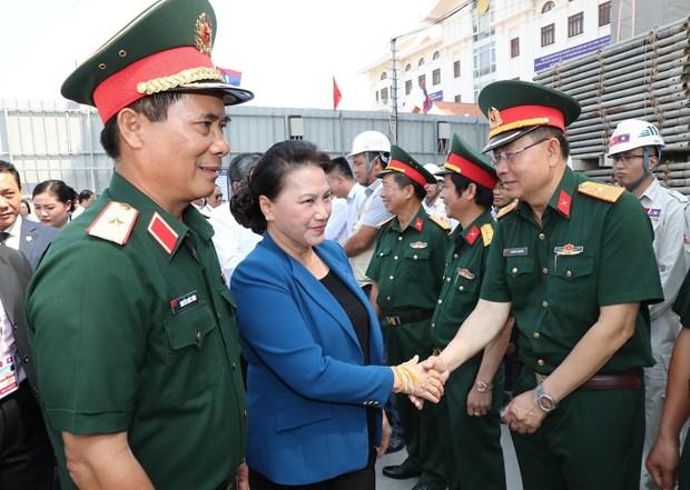 越南国会主席阮氏金银到老挝国会大厦施工现场视察督导 hinh anh 1