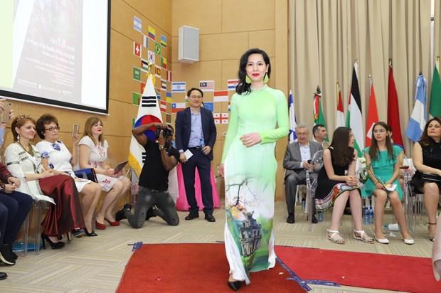南非国际文化节:越南使节夫人上演传统服装—奥黛秀 hinh anh 1