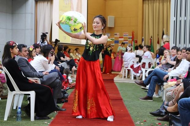 南非国际文化节:越南使节夫人上演传统服装—奥黛秀 hinh anh 2