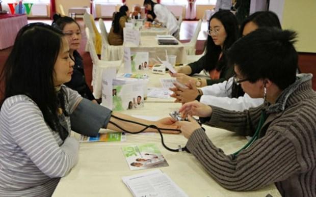 越南青年医生为在捷越南人改善身体状况做出努力 hinh anh 1
