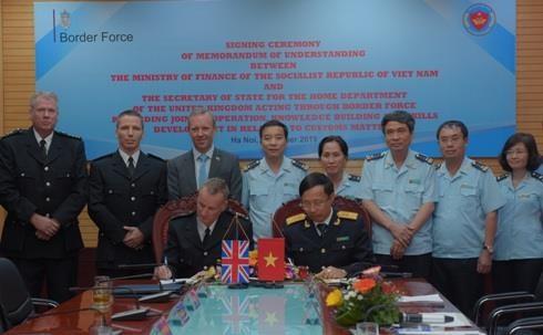 越南海关与英国边境部队管理局签署合作备忘录加强业务合作 hinh anh 1