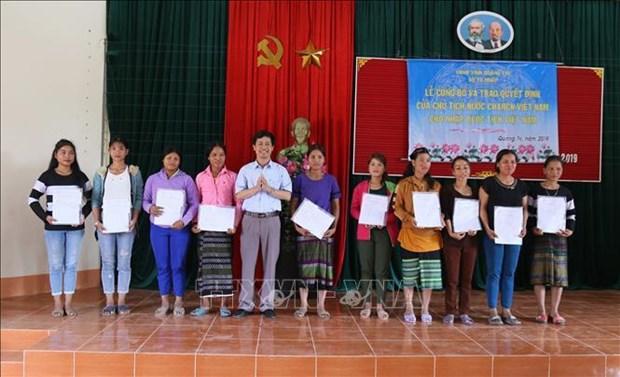 越南广治省350名老挝公民加入越南国籍 hinh anh 2