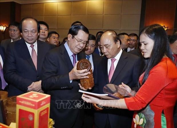 政府总理阮春福与柬埔寨首相洪森主持召开两国贸易投资促进会议 hinh anh 1