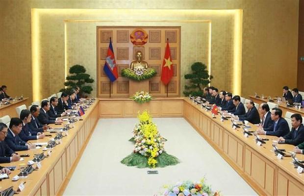 越南政府总理阮春福同柬埔寨首相洪森举行会谈 hinh anh 1
