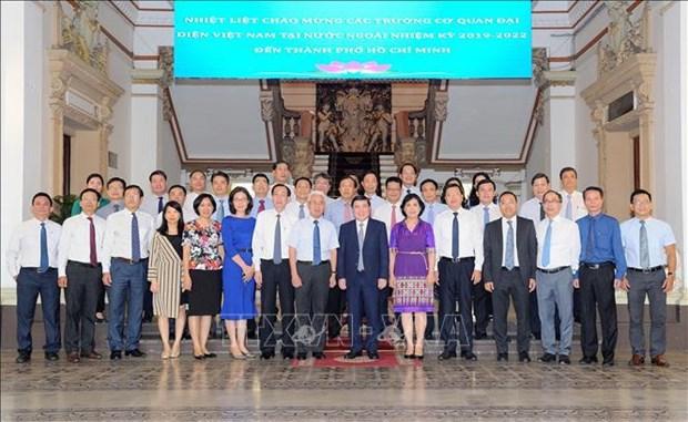 胡志明市领导人会见越南新任驻外使节代表团 hinh anh 2
