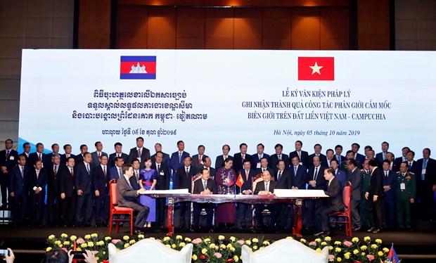 越柬两国总理共同主持陆地边界勘界立碑工作总结会议 hinh anh 1