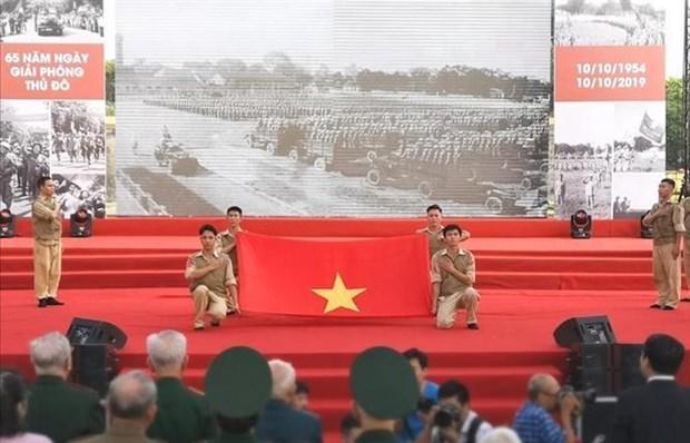 首都河内解放65周年:再现首都得到解放当天举行的历史性升旗仪式 hinh anh 1