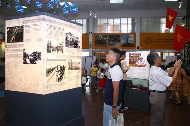 首都河内解放65周年:再现首都得到解放当天举行的历史性升旗仪式 hinh anh 2
