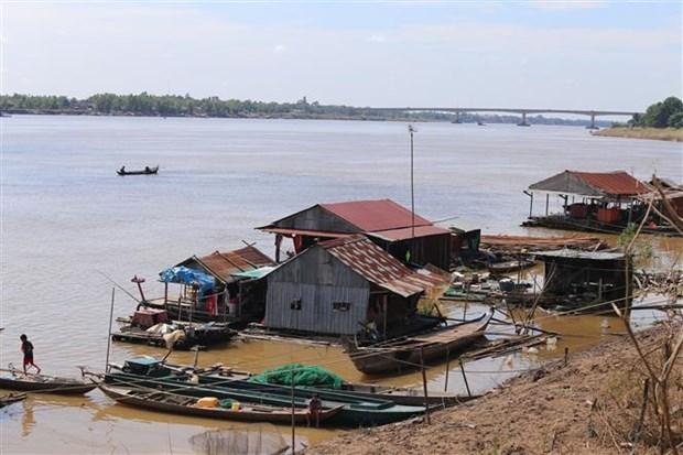 越南驻柬埔寨大使馆代表团看望慰问柬埔寨灾民 hinh anh 2