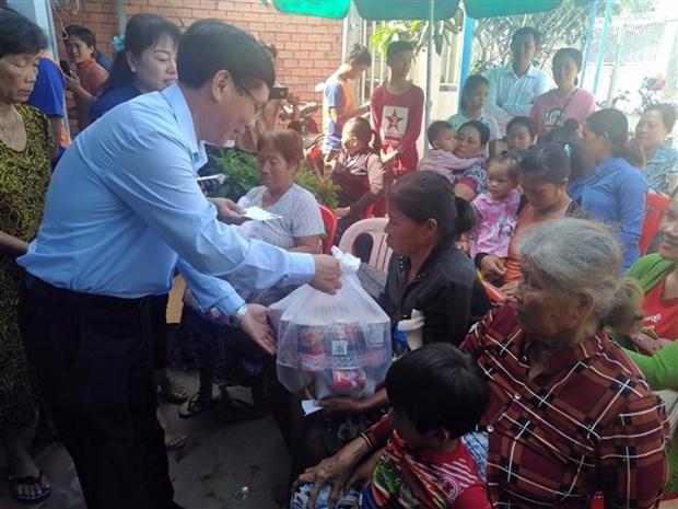 越南驻柬埔寨大使馆代表团看望慰问柬埔寨灾民 hinh anh 1