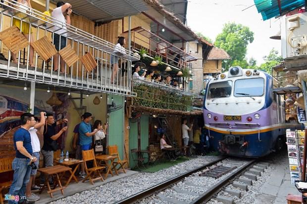 坐在铁道边喝咖啡:新奇但隐患重重 hinh anh 2