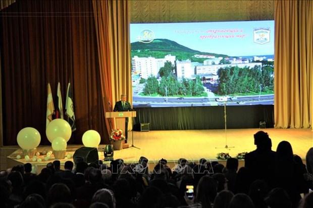 越南向俄罗斯皮亚季戈尔斯克国立大学授予友谊勋章 hinh anh 1