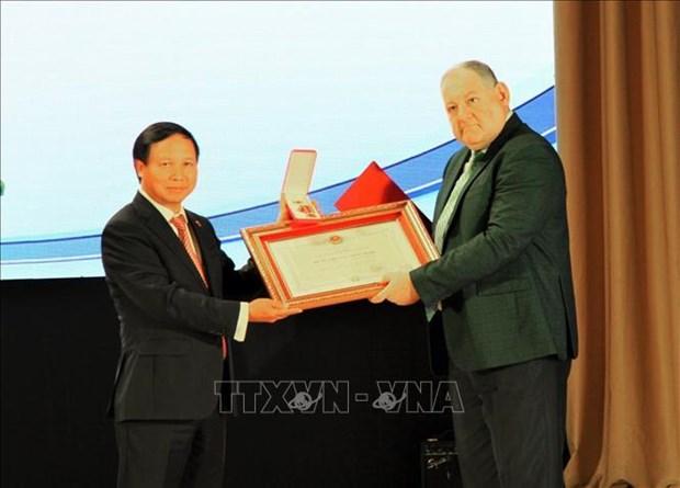 越南向俄罗斯皮亚季戈尔斯克国立大学授予友谊勋章 hinh anh 2