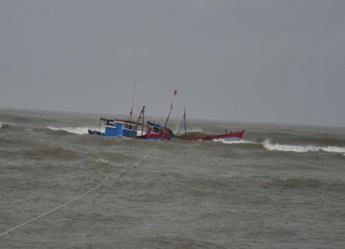 一艘巴拿马籍货轮营救两名海上遇险的越南渔民 hinh anh 1