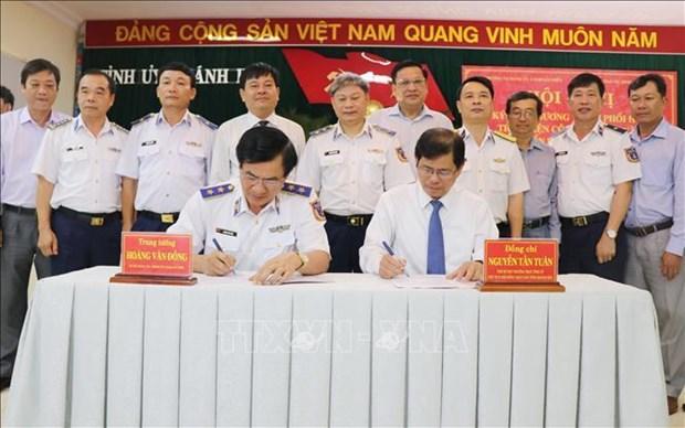 越南海警与庆和省渔民同行 hinh anh 1