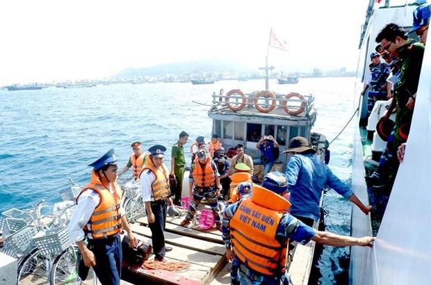 越南海警为渔民放心出海保驾护航 hinh anh 1