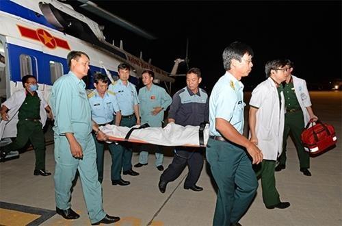 直升机将在长沙岛县上遇险病人安全送回陆地 hinh anh 1