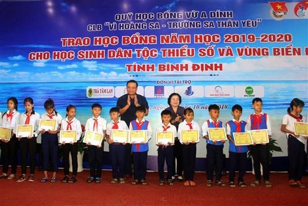 原越南国家副主席张美花颁发110份武阿丁助学金 hinh anh 2
