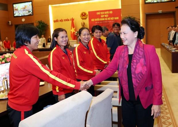越南国会主席阮氏金银会见越南国家女子足球队 hinh anh 1