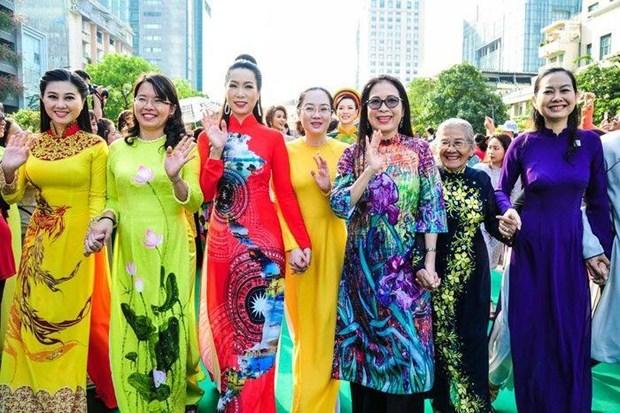 """旅居老挝越南人举行第一届""""越南奥戴之美""""大赛 hinh anh 1"""