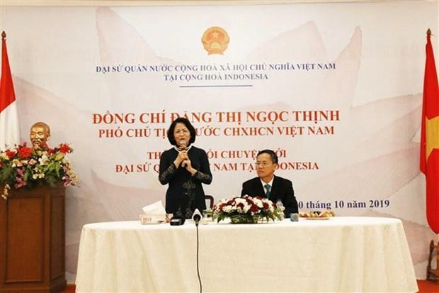 邓氏玉盛探访越南驻印度尼西亚大使馆 hinh anh 1