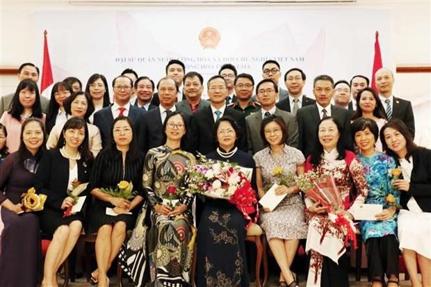 邓氏玉盛探访越南驻印度尼西亚大使馆 hinh anh 2