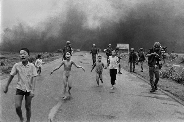 《战火中的女孩》获评50年令人印象最深刻的照片 hinh anh 1